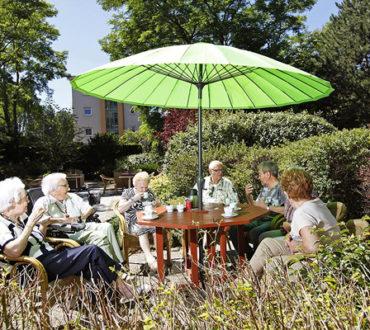 groep ouderen in de tuin - exploitatiemodel